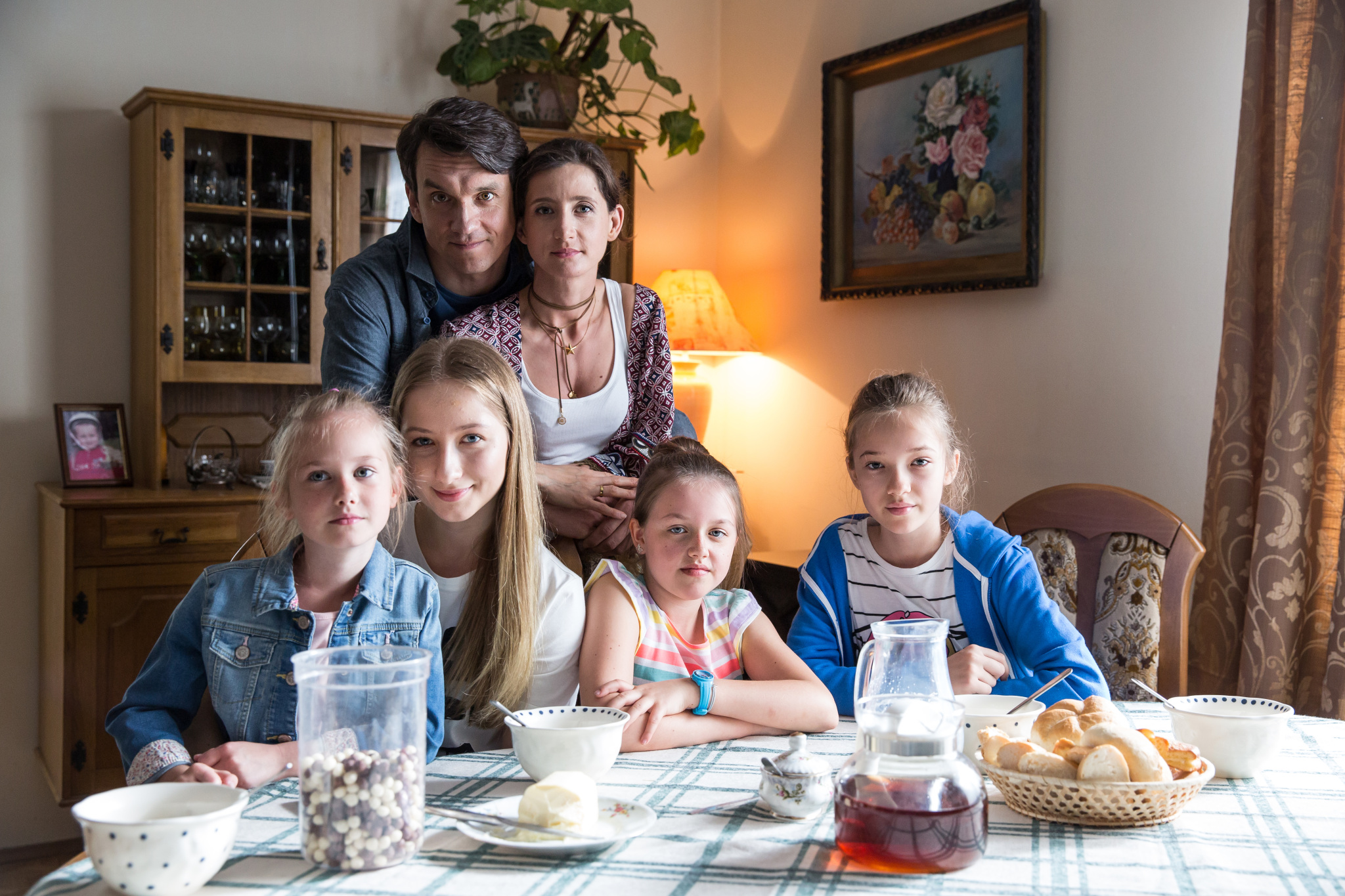 Piotr Sadzik z żoną i córkami
